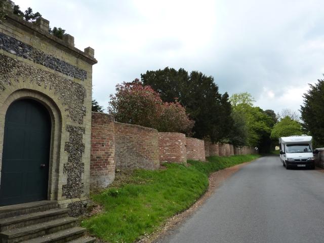 Crinkle-crankle walls near Bramfiels, Suffolk